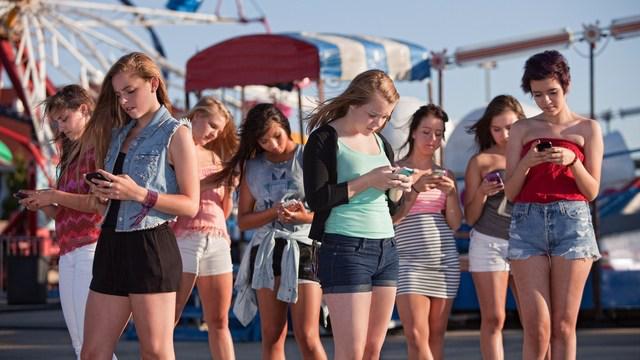2016-04-14-1460671676-8872489-Teengirlswithcellphones